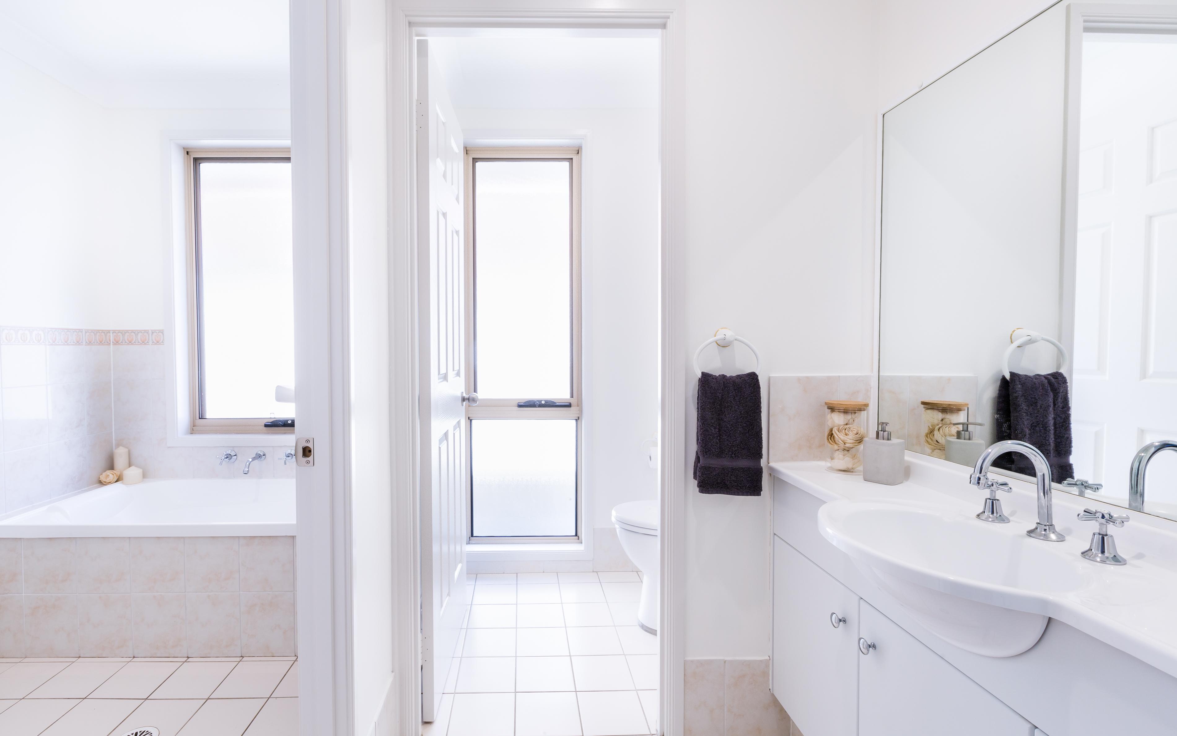 Real estate photography, Main Bathroom of Tuggerah 4 Bedroom house